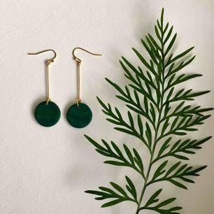 """Handgjorda örhängen i grön lera och guldpläterad metall. Går att få i """"silver"""" också om så önskas 💚 •nickelfria •frakt: 11kr •insta: @dorisclaydesign"""