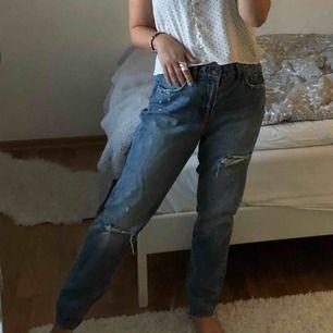 Sjukt snygga slitna flare jeans! Använd endast 2 ggr därav absolut nyskick. Kan eventuellt mötas upp i sthlm annars kostar frakten endast ca 40/50 kr 💖 Storlek 36/38