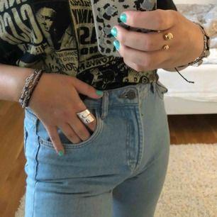 As snygga ljusa mom jeans från ZARA! Använd fåtal gånger därav nyskick. Strlk 34/36! 💕 Frakt ca 60 kr