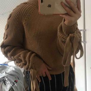 En jättesnygg tröja med detaljer på armarna. En tjock stickad tröja från hm. Inte använts så mycket och är i bra skick. Skönt material inget som sticks. Frakt 60kr