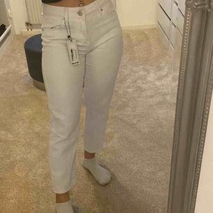 Säljer mina snygga vita jeans från boohoo, aldrig använda. Storleken är 36 men skulle nog säga att den sitter som en 34. Köparen står för frakt