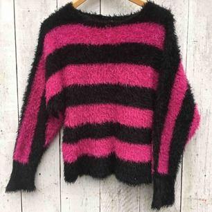 Säljer en riktig fluffig 80-tals blåsa! En riktig mjuk & go svart/rosa randig flufftröja som är perfekt under kallare tider❄️🦋 Den är oanvänd!