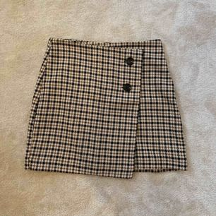 Rutig kjol från Hm. Jättefin men har inte kommit till användning. Kan mötas upp i Stockholm annars står köparen för frakt