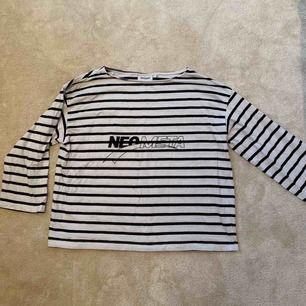 Vit och svart randig tröja med text på från Weekday. Kan mötas upp i Stockholm annars står köparen för frakt!