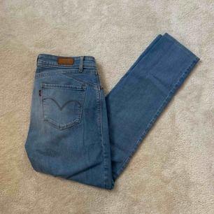 Ljusblåa jeans från Levis. Tight modell! Kan mötas upp i Stockholm annars står köparen för frakt.