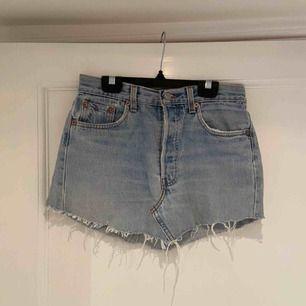 Ljus Levi's kjol (vintage). Trasig bakficka vilket är en del av modellen. Köpt från nakd.