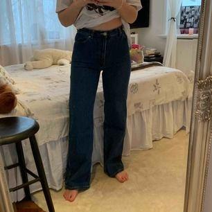 Mörkablåa jeans från Monki. Jättefin passform! Kan mötas upp i Stockholm annars står köparen för frakt.