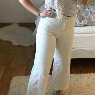 Vita cultorette jeans från hm! Aldrig använda därav nyskick. Supersköna och sitter väldigt bra. Nypris 399 kr.