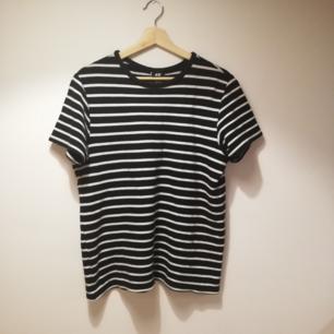 Svarr/vit randig t-shirt från H&Ms herravdelning i stl M. Jag är dam med stl XS och har använt den oversize. Gjord i sånt pikétröja-material. Frakt 42 kr.