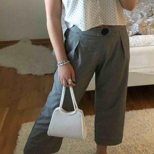 Supersnygga grå unika kostymbyxor från Zara. Använd fåtal gånger därav väldigt gott skick.