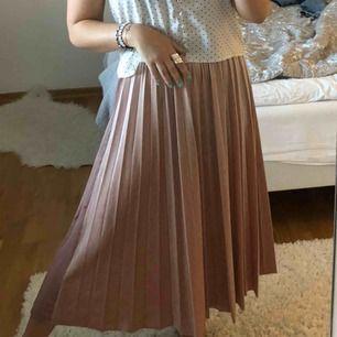 Rosa sammet kjol ifrån Stradivarius. Använd endast en gång därav nyskick. Nypris 299 kr!