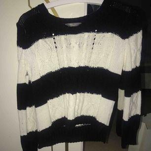 En stickad tröja från Lindex barnavdelning, men ungefär som en S skulle jag säga. Väldigt bra kvalite och sticks inte