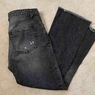 Gråa jeans köpta på second hand. Svänger ut lite vid smalbenen. Märke vet jag ej!