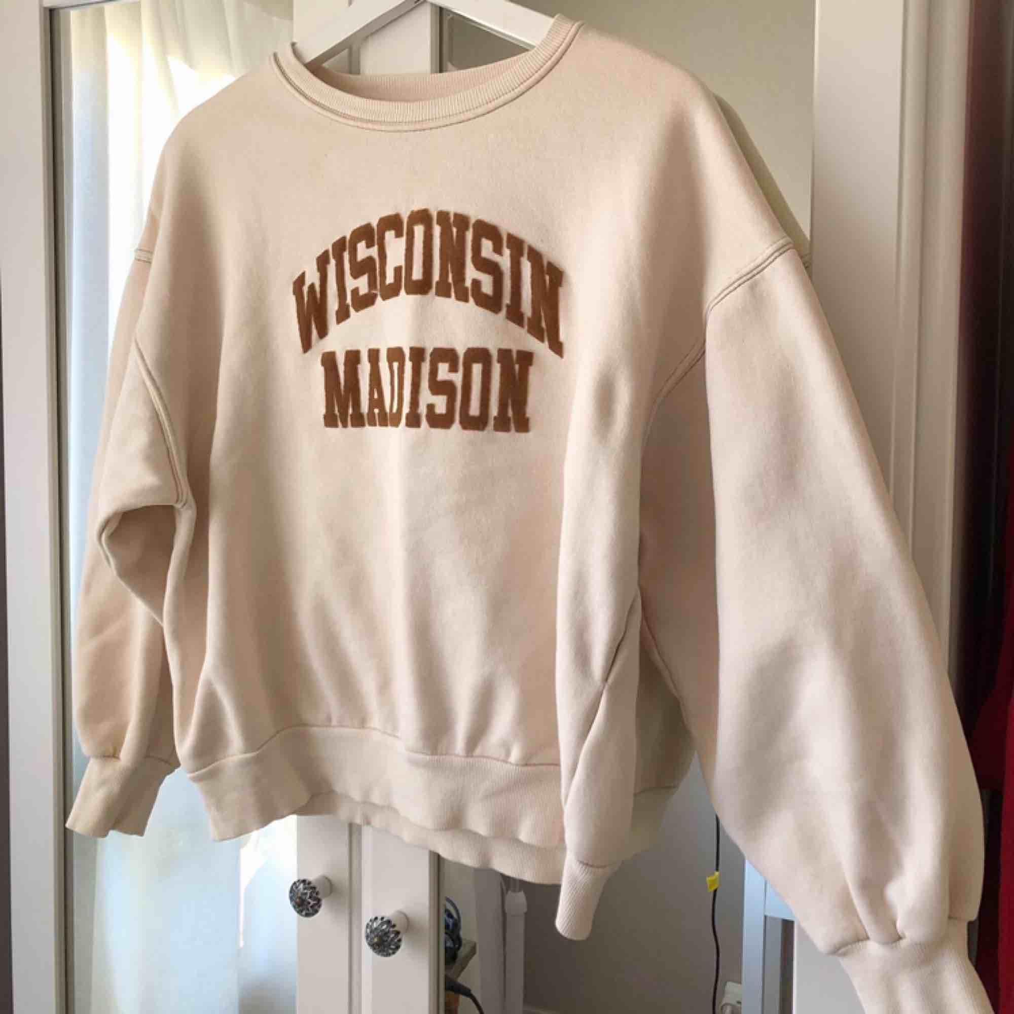 Offwhite sweatshirt i strl L, sitter snyggt som oversized på mig som har S. Huvtröjor & Träningströjor.