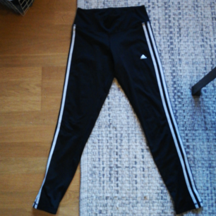 Träningsbyxor med mediummidja från Adidas i fint skick. Hämtas i årsta