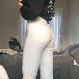 """Vita jeans från HM i modellen """"vintage slim ankle high waist"""". De är sköna och sitter snyggt! Använda ett fåtal gånger och är i bra skick. Säljer eftersom jag har köpt ett par andra vita jeans. Frakt ca 40 kr. :))"""