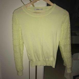En tröja i en jättefin ljusgul färg som är sparsam använd:)