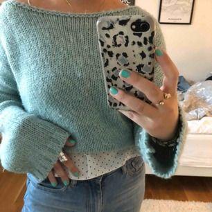 Superfin turkos stickad tröja från Zara. Oversized, passar perfekt både som på andra bilden eller instoppad!! Använd fåtal gånger därav väldigt gott skick.