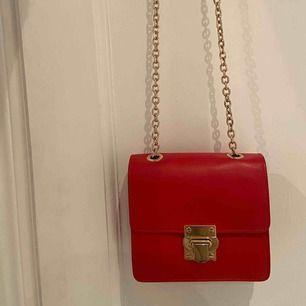 Röd väska med gulddetaljer från & otherstories! Nypris ca 1000kr! Knappt använd och jättefint skick!