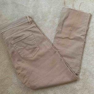 Ljus rosa jeans från Zara, kortare i anklarna. Kan mötas upp i Stockholm annars står köparen för frakt!