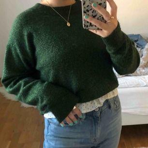 Superfin grön-glittrig stickad tröja ifrån HM! Använd fåtal gånger därav väldigt gott skick.