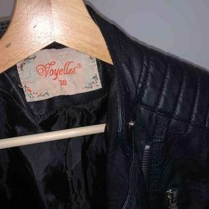 Svart skinnjacka med silver detaljer från Voyelles. Aldrig använd. Kan mötas upp i Stockholm annars står köparen för frakt.