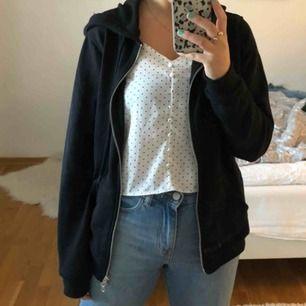 Svart zip hoodie från Balance. Storlek 36. Aldrig använd därav väldigt gott skick!