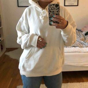 Oversized vit hoodie ifrån HM! Använd en del men fortfarande väldigt gott skick.