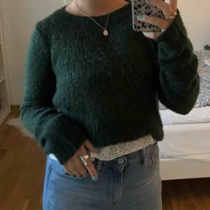 Grön stickad tröja ifrån Vila! Använd fåtal gånger därav nästan nyskick.