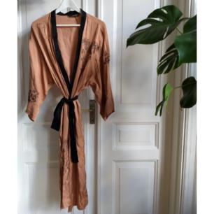 Jättefin kimono från Zara i sidenmaterial. Använd ett fåtal gånger. Nypris 700 kr. Frakt på 66 kr tillkommer.