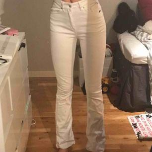 utsvängda vita jeans från tiger of sweden! väldigt bra skick:) hittar ingen exakt storlek men passar mig som är S, är 173 lång! fler bilder kan skickas. möts upp i centrala stockholm eller så står köpare för frakten OBS smutsig spegel och dålig kamera