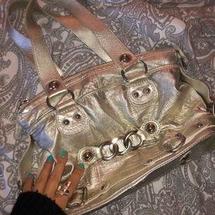 Superfin silver/guldig väska köpt på Humana. Jag har aldrig använt den men den är vintage så ej ny, men fortfarande så fin och bra skick!