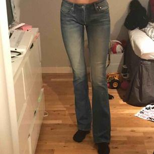 boot cut jeans! jag har aldrig använt dom men osäker på hur använda dom är pga att dom är ärvda. möts upp i centrala stockholm och fraktar, köpare står för frakt. fler bilder kan skickas. OBS dålig kamera och smutsig spegel