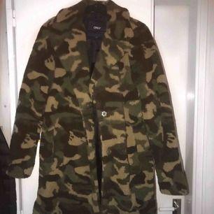 Helt oanvänd teddy jacka i militär färg.  Köpt för 599kr men säljer för 300kr