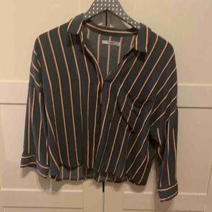 Jättefin grön skjorta med ränder. Lite kortare modell och så har den en ficka på ena bröstet. Det står att det är storlek L på skjortan men den är väldigt liten i storleken, den passar mig som är en S. Kommer ifrån pull and bear