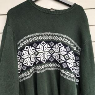 Säljer denna gröna tröjan med mönster på! Den är väldigt stor men går att vika upp 💓