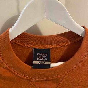 Världens mjukaste sweatshirt från madison high school i New Jersey. Orange-brun färg. Aldrig använd pga att färgen inte passar mig.