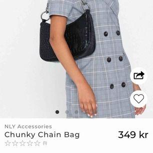 Säljer min helt nya chunky chain bag som jag fick hem från Nelly.com för 2 dagar sen. Var för ivrig att ta bort prislappen men känner inte att jag kommer få så mycket användning av den så har därmed valt att sälja vidare den. Köpt för 350kr