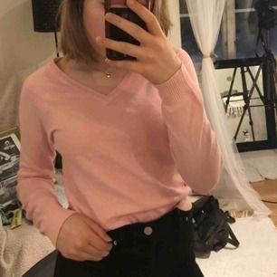 Babyrosa v-ringad tröja från Zara i storlek S. Riktigt fin och sparsamt använd. Köparen betalar ev frakt om man inte kan mötas upp i Göteborg!