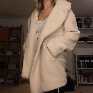 Så mysig vit lurvig jacka\kappa. Perfekt till både vinter och vår, den är lite större i storleken så man får plats med någonting under om man vill.
