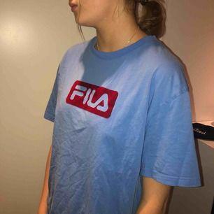 Blå fila t-shirt, köpte den för 300kr på Junkyard.se. Säljer den för att den inte riktigt passar min smak. Den är använd ett antal gånger men är fläckfri och i gott skick. Passar utmärkt om man har medium.eller smallocMaterial: bomull
