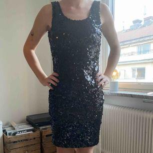 Fin paljettklänning i svart med öppen rygg. Endast använd en gång. Storlek 36. Köpt på Nelly för 399.