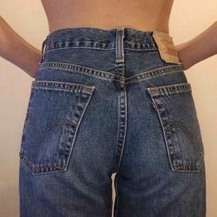 Superfina Levi's jeans i jättebra vintage skick! Passar även någon med mindre storlek för lite brandy melville esqué look! Sista bilden är lånad bild ungefär hur de sitter! Frakt tillkommer