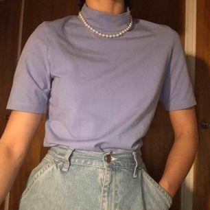 Ljuslila tröja med lite längre t-shirt ärmar och polokrage. Inga skavanker. Fri frakt!
