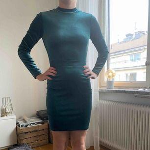 Mörkgrön klänning i sammet från HM Divided. Använd endast en gång och i väldigt fint skick. Köpt för 400. Storlek 36.