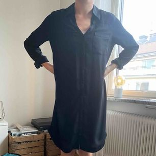 En svart rak klänning i oversize. Storlek M. Använd en del gånger men i väldigt fint skick. Köpt för 600.