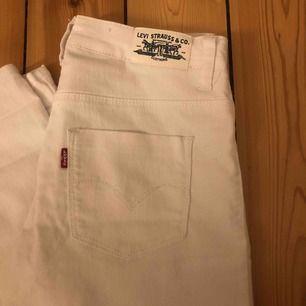 Vita Levis jeans, knappt använda Storlek 14 år (från barn sidan)  Ganska genomskinliga tyvörr därav har dom inte kommit till så mycket användning