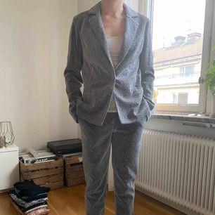 Glittrig kostym från NLY TREND. Använd endast en gång och säljer pga kavajen är lite för stor för mig. Jag är en storlek 34 och både byxor och kavaj är i 36. Köpt för 700.
