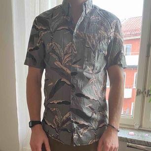 En kortärmad skjorta från herr på HM. Använd endast en gång. Storlek: S Köpt för 299.