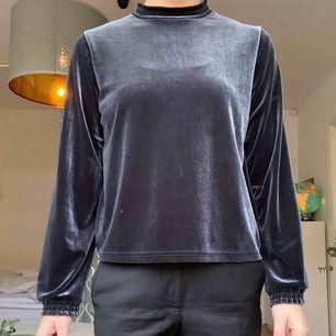 Blå tröja i sammet från Zara. Använd endast en gång och i fint skick. Storlek: M. Köpt för 500